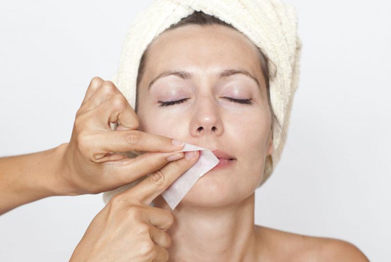Как самостоятельно удалить волосы на лице при помощи воска
