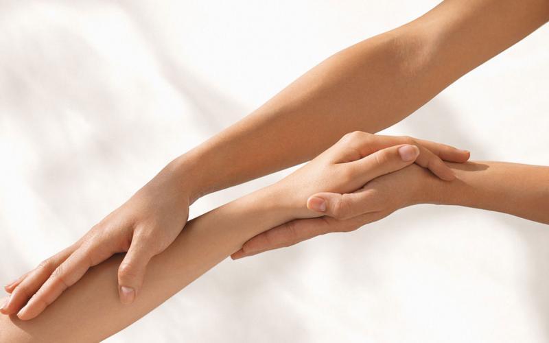 Как правильно выполнить восковую депиляцию рук дома