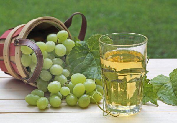 Белый виноград и стакан с соком