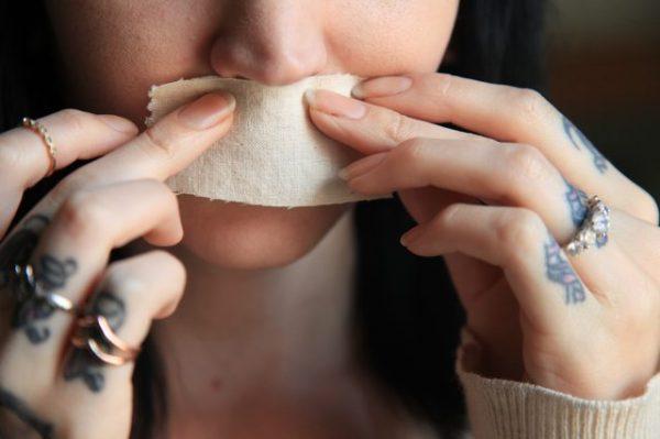 Размещение кусочка ткани над верхней губой