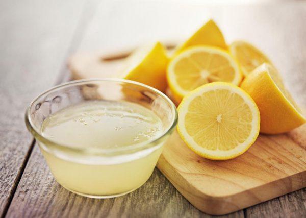Сок лимона в прозрачной пиале