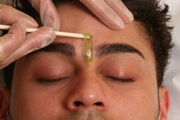 Мужской шугаринг лица: удаление волос между бровями