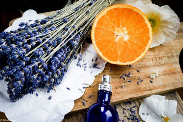 Апельсин и лаванда на столе