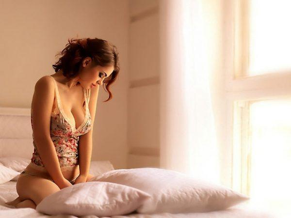 Девушка сидит в постели