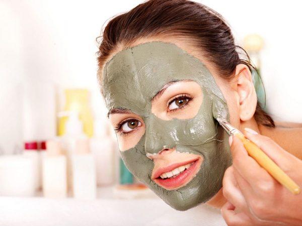 Глиняная маска на лице
