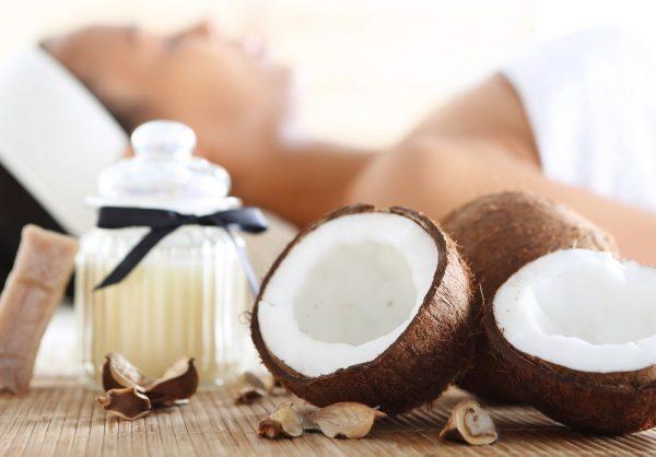 Косметическая процедура с кокосовым маслом