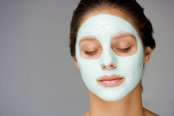 Девушка в маске с глиной