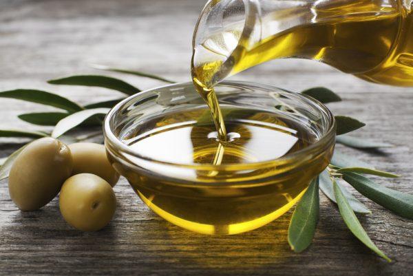 Пиала оливкового масла с оливками