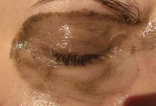 Размазанное масло с тушью в области глаз