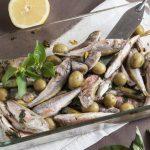 Анчоусы с оливками в оливковом масле