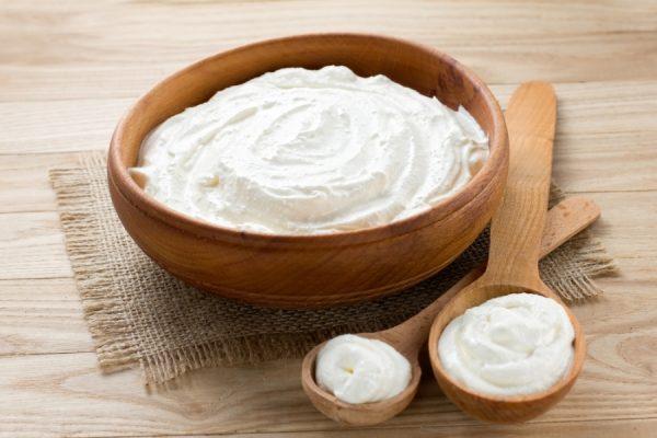 Сметана полезна для сухой кожи