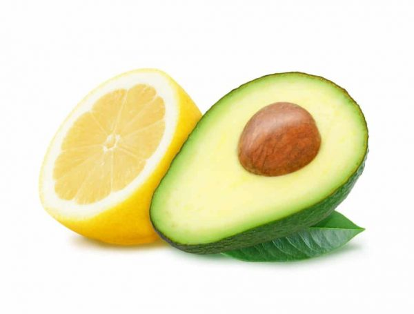 половинки лимона и авокадо