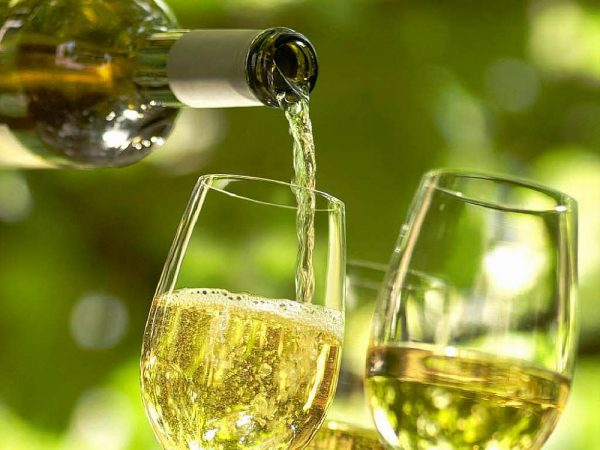Белое вино в прозрачных бокалах