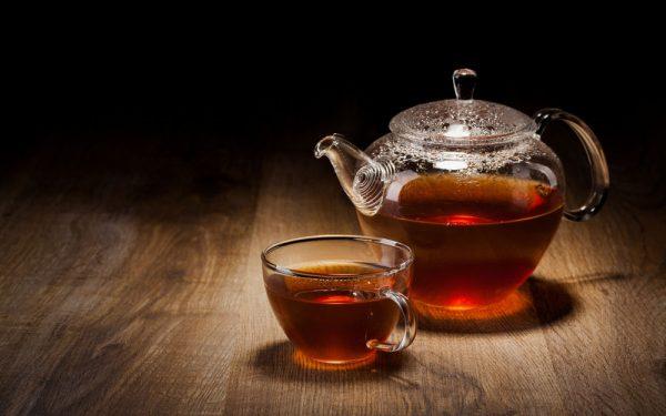 Чёрный чай в кружке и в чайнике