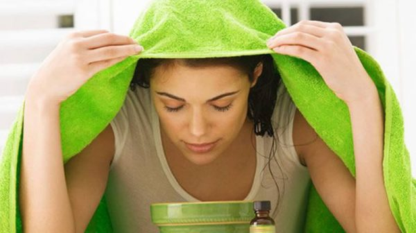 Девушка, накрытая полотенцем