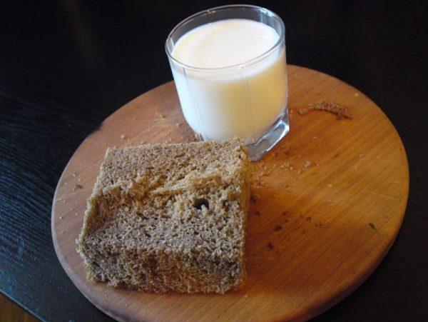 Мякоть хлеба и молоко