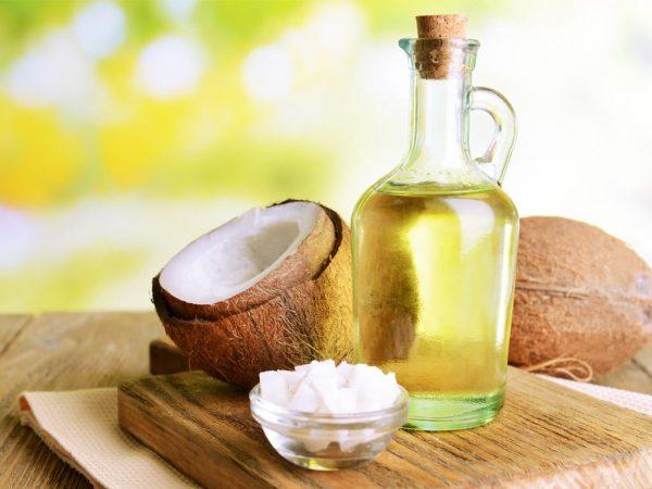 Кокосовое масло в прозрачном графине и в пиале