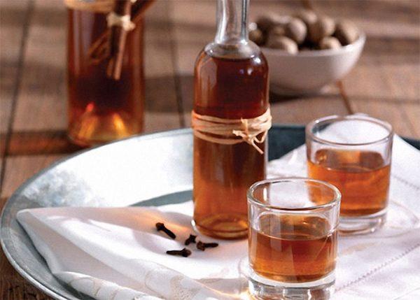 Коньяк в бутылке и стаканах
