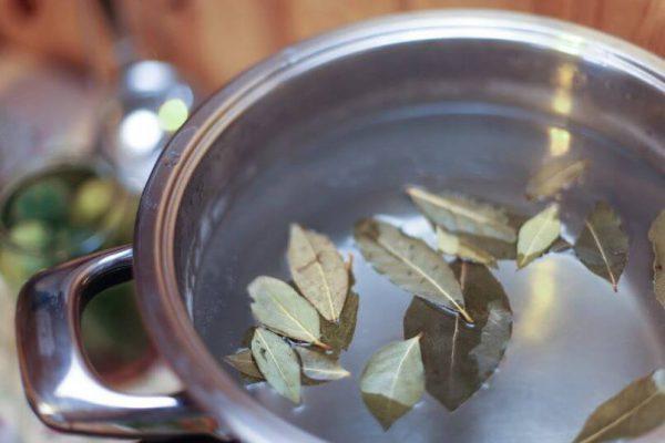 Лавровый лист в кастрюле