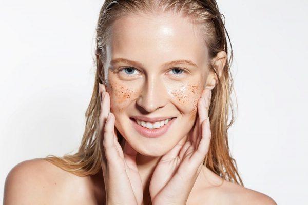Лицо девушки с косметическим средством