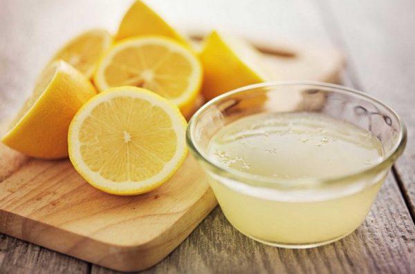 Лимоны и лимонный сок в ёмкости