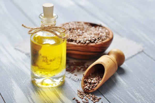 Льняное масло в прозрачном флаконе