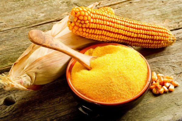 Мука из кукурузы в коричневой пиале