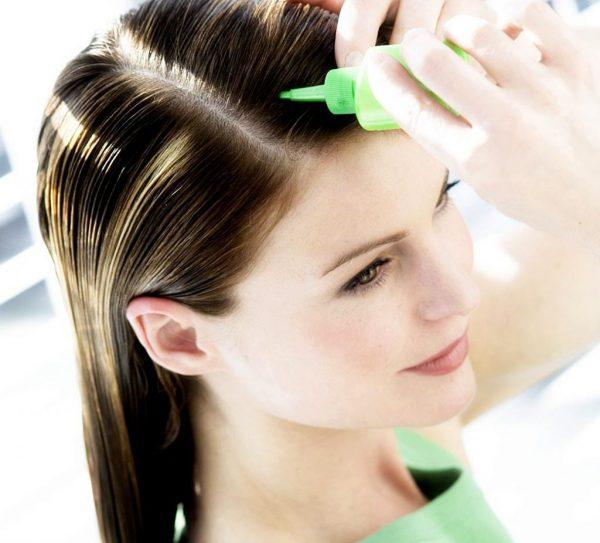 Нанесение масла на корни волос