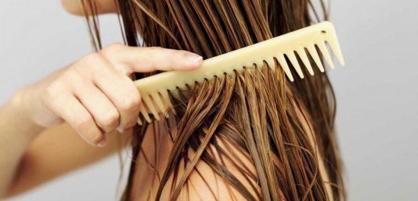 Нанесение масла на волосы
