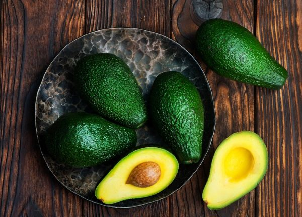 Плоды авокадо на блюде