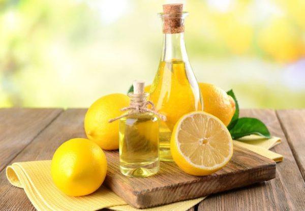 Эфир лимона в прозрачных ёмкостях и плоды