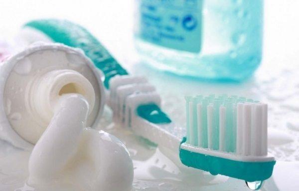 Щётка, тюбик зубной пасты и ополаскиватель для полости рта