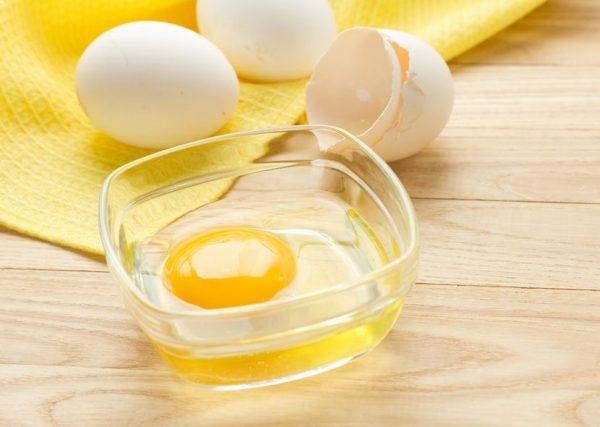 Сырое яйцо в прозрачной пиале
