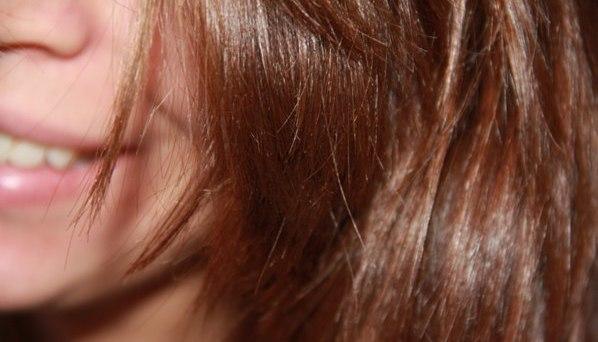 Волосы девушки, использующей масло иланг-иланга для аромарасчёсывания
