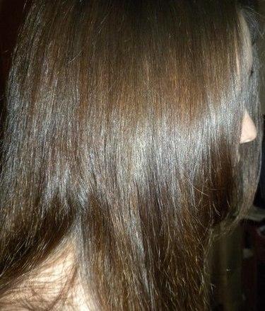 Волосы девушки, которая регулярно делает домашние маски для локонов на основе масла авокадо