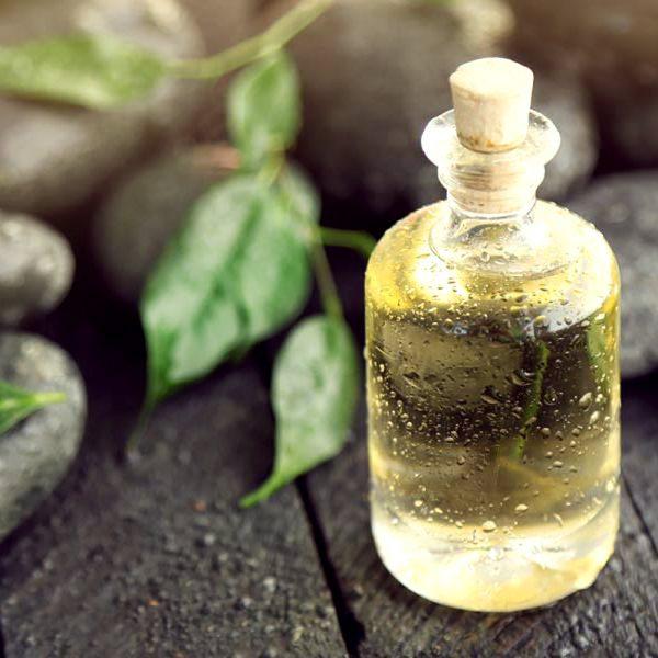 Эфирное масло чайного дерева в прозрачном флаконе