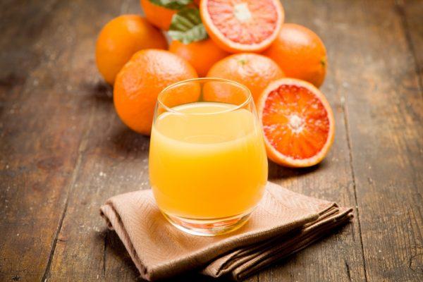 Апельсиновый сок в прозрачном бокале