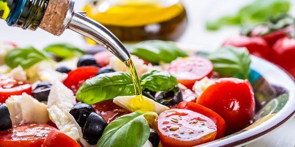 Льняное масло льётся в салат