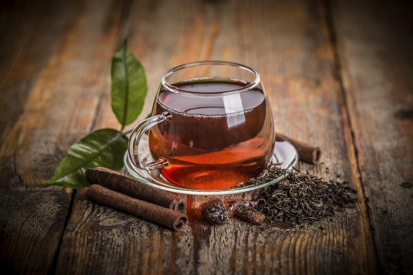 Чёрный чай в прозрачной чашке