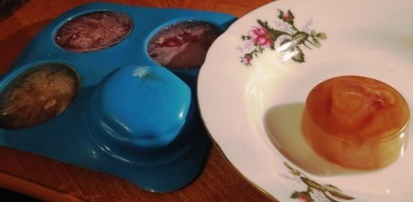 Цветной лёд в формах и на тарелке