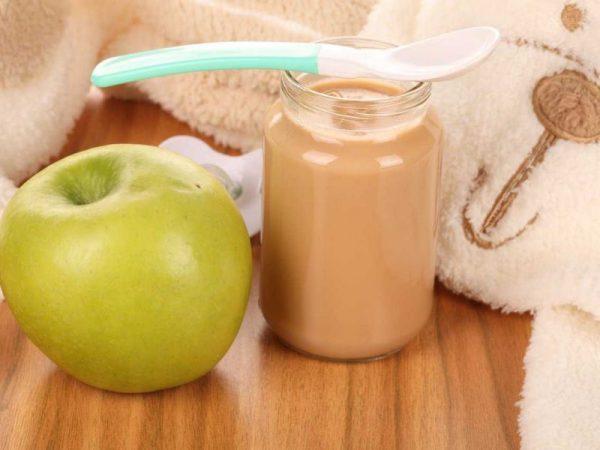 Детское яблочное пюре в прозрачной банке