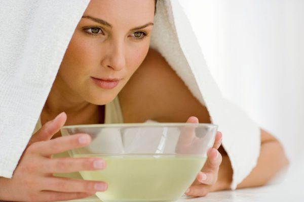 Девушка с полотенцем над чашей