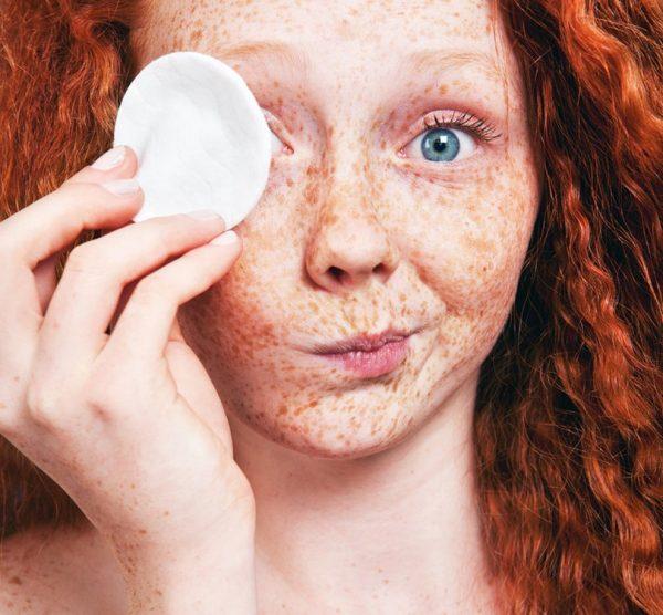 Девушка снимает макияж с помощью ватного диска