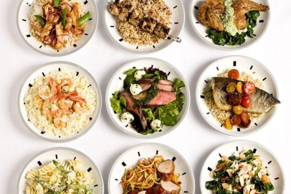Небольшие порции еды на тарелке