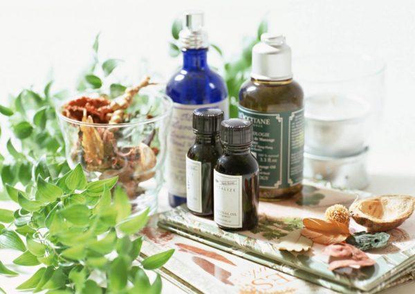 Эфирные масла, листья и скорлупа ореха на столе