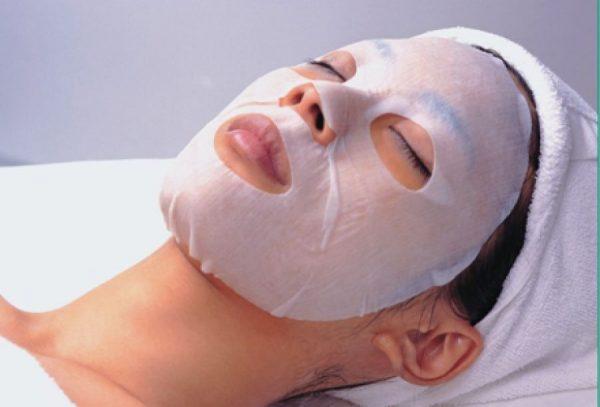 Девушка с тканевой маской на лице