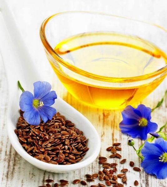 Льняное масло в стеклянной чашке