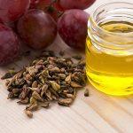 Масло виноградных косточек в прозрачной ёмкости