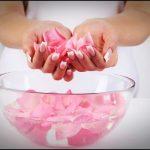 Лепестки роз в прозрачной пиале и в руках