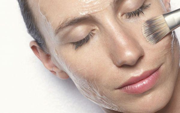 Нанесение масляной маски на лицо